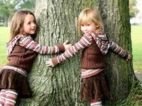 Kinder mit Baum