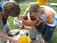 Kinder beim Forschen mit dem Sieb