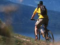 Biker mit Blick auf den Millstätter See