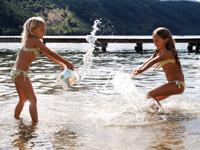 Mädchen beim Planschen im See