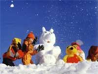 Kinder beim Schneemannbauen